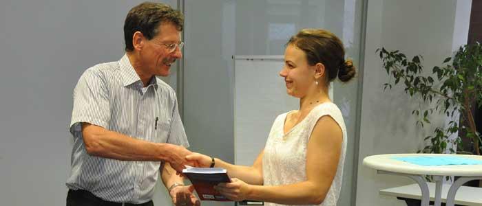 Gratulation von Ralf Steinmetz an Studentin